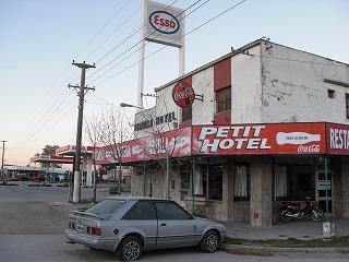 ルート3号沿い。潰れたガソリンスタンドの隣